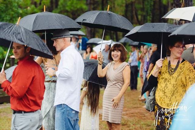傘をさすゲスト
