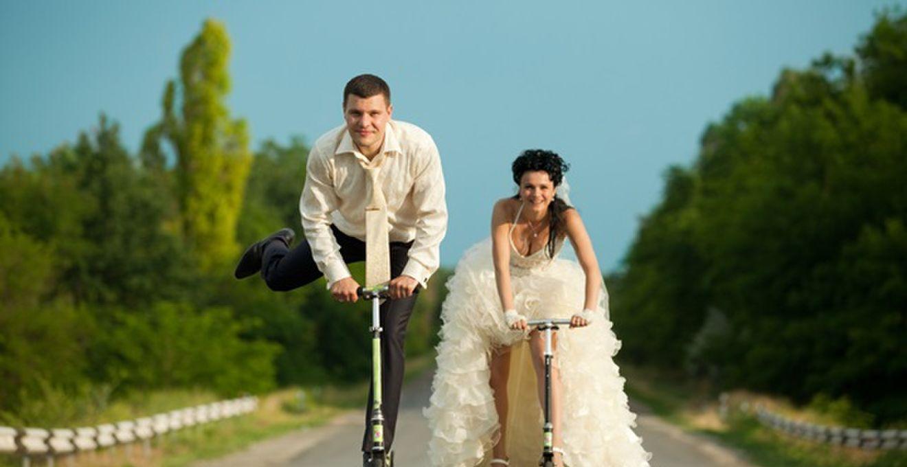 ブーケを投げる花嫁の顔が険しすぎる…結婚式のおもしろ写真4選
