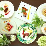ふたりの思い出やゲストの好みに合わせてコースのコーディネートもできる、厳選素材を使用したイタリアン。オープンキッチンから聞こえてくる料理の作られる音や香りも、これからのパーティの期待を高めていく