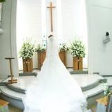 高さのある祭壇は、一番輝く素敵なドレス姿を皆様に見ていただきという花嫁様の願いを叶えます。