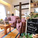 【控室】ふたりの邸宅を思わせる温もりあふれるゲスト控室。結婚式当日は、一軒家すべてが貸切に