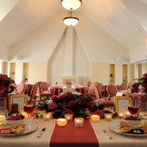 天井が高く温かい雰囲気のある2F ヴィクトリアルーム かわいらしい会場なので女性に大人気!