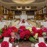リニューアルオープン!8m以上の天井高を誇るプレミアホールは開放感たっぷり。装花やキャンドル、小物までふたりらしいオリジナリティ溢れるパーティに 。