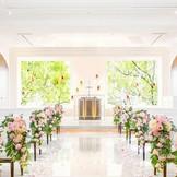 白亜のチャペルには祭壇の窓から陽光が差し込みふたりをあたたかく祝福する