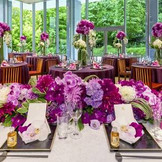 どの席からも庭園を臨める披露宴会場