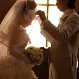 美しく輝く十字架の優しい光に見守られながら、ロマンティックで神聖な誓いを行うことができる