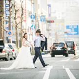 『幸せの横断歩道』 日常の雰囲気の中お二人だけが非日常に。 街のかた全てのからから祝福を頂きながら。 お二人だけの特別な空間の演出も出来ます。