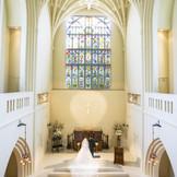 新婦様の後ろ姿が美しく見えるように、祭壇には5段の階段がついております。 トレーンがうつくしくなびき、見ているゲストを虜にします。