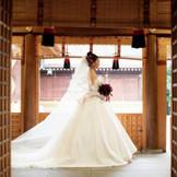 神社でのドレスも映えますよ! 挙式は和で、ご披露宴は洋風に、というのもオススメです。