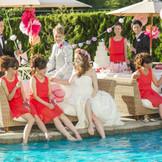 【カーサ・ディ・ケリー】 ガーデンに広がるプールの周りで、新郎新婦とゲストは幸せな時間を過ごします。自然とみんなの会話も多くなり、笑顔がいっぱいの空間となるでしょう。