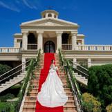 花嫁憧れの大階段。フラワーシャワーも絵になるまるで映画のようなワンシーン