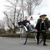 ホテルから乃木神社まで、お二人は人力車にて。