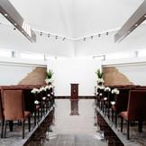 【 天井高 7m & バージンロード10m 】 自然光の入る開放的なチャペルですに グランドピアノの生演奏付!! 10名様~70名様まで着席OK(*^_^*)