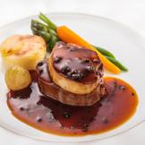 世界三大珍味を2種取り入れました♪ 国産牛フィレ肉のポワレ フォワグラ 香り高いトリュフソース