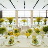 天井高の高いパーティ会場はとても開放的な空間。新郎新婦もゲストも、自然体でパーティを楽しめます。