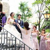 【大階段】挙式後はウエディング専用大階段にて、親しいゲストからの祝福のフラワーシャワーセレモニー♪