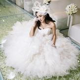 可憐な白薔薇が咲き誇るチャペルに映える花嫁の純白のドレス