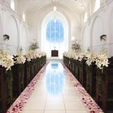 自然光が包み込む白亜の大聖堂。10mもの天井高を誇るチャペルいっぱいに聖歌隊の歌声とパイプオルガンの音色が美しく響き渡る