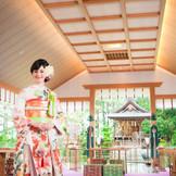 【白山殿】 3面ガラスに囲まれた窓から四季を望める。最大100名まで参列できる神殿の壮大なスケール感も魅力