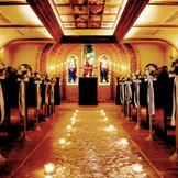温かみのある本物のキャンドルと150年前のステンドグラスで愛を誓う・・・