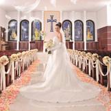 【St.Brillia大聖堂】美しい6枚のステンドグラスがふたりを優しく見守る。オルガンの音色や聖歌隊の歌声が挙式を華やかに彩る。