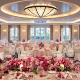 唯一の邸宅風バンケット「扇」は大きな縦長の窓が特徴。専用ホワイエのついた会場でアットホームなパーティを。