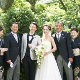 緑に囲まれた家族写真を記念に