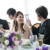 一つのテーブルを囲んでの会食スタイルも可能。ゲストの方々全員と会話のできる距離で、一体感を感じながら皆と一緒に楽しもう。