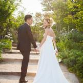 太陽の光あふれるガーデンでの撮影は花嫁を美しく演出します