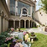 アンティーク調の扉をくぐり、回廊を通ると現れる教会。 ガーデンではゲストと写真撮りや歓談などゆっくりとした時間を過ごすことが出来る。