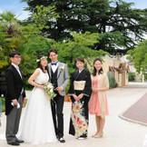 挙式とパーティの間に家族やゲストと写真撮影を。フォトジェニックなスポットが溢れている。
