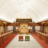 白木を贅沢にほどこした神聖な空間が格式高い時間を演出