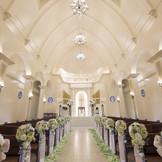 独立型の白亜の大聖堂。約20メートルの長いバージンロードを大切な人と一歩一歩大切に歩み 大好きなゲストの笑顔に囲まれふたりの大切なスタートを