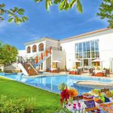 披露宴会場に隣接するプール付きの広大な貸切ガーデン!スイーツパーティや自然に囲まれたフォトスペースなど屋内外を一体化させて楽しむパーティ!