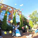 ガーデンでするバルーンスパークは迫力満点!真っ青な空にカラフルな風船が舞い、とってもキレイです☆