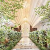 【チャペル】最上階にあり、自然光と木目があたたかい雰囲気をかもし出す