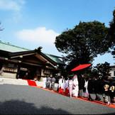誓いの舞台となる東郷神社の御本殿。神殿には開閉式ルーフが備えられ、柔らかな陽光が、誓いの儀をより神聖な雰囲気にしてくれる。