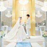 光り輝く祭壇の前がお二人の愛を誓う場所