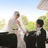 挙式後、新郎新婦はご親族やご友人からの祝福の拍手のなか、レッドカーペットを歩いて馬車へ。