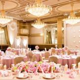 """出会いや喜びの発信地【ヴェルサイユの間】 ピンク系で大振りな装花と、リボンを使用することで、コーディネートに一体感を持たせ、柔らかさとキュートさを印象付ける""""スイートフェアリー"""""""