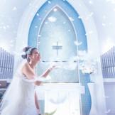 純白のチャペルでは感動のフェザーシャワー演出が!