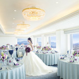 《ダイヤモンドルーム/80名》広島市街地と瀬戸内海の島々を見渡せる会場。美しい花嫁姿を披露して