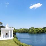 森と湖に囲まれたガーデン人前式が大人気! 湖や緑に囲まれ開放感に満ちた非日常空間で、本当に親しい人たちとゆっくり過ごすことができるリゾートウェディング。  素晴らしいロケーションで、開放的な結婚式を挙げられるリゾートウェディングが大人気!