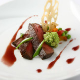 とろけるような食感が自慢のメイン料理。盛付けにも「バリラックス」らしさを感じられる