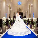 アニヴェルセル 立川ならではの感動挙式が叶うチャペルは、ロイヤルブルーのバージンロードが美しく、都内最大級の広々とした空間です。ロイヤルブルーのバージンロードが真っ白なウエディングドレスを惹き立てます。