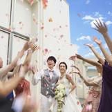挙式がお開きになった後に皆でフラワーシャワー☆色とりどりの花びらで新郎新婦を祝福!