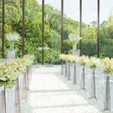 祭壇の奥には鮮やかな緑と青空が広がっているスカイチャペル。オープンエアでのガーデン挙式も人気