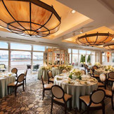 人気の海の見える宴会場「レインボーテラス」では、爽やかなイメージの装飾がより一層開放感を演出。