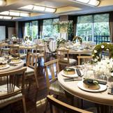 きざはし 着席40名~68名  窓から注ぐ自然光と素材を活かした無垢な白木のテーブルが安らぎと温もりを兼ね備えた空間を造り出す