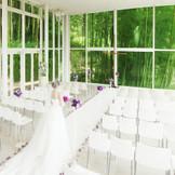 緑を望むガラスの祭壇で愛を誓うクリスタルチャペル。今年は驚きの演出も追加!